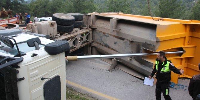 Hafriyat yüklü kamyon devrildi, ortalık savaş alanına döndü