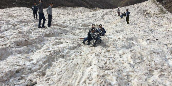 Kar yağmayınca çocuklar çığ bölgesinde kızaklarla kaydı