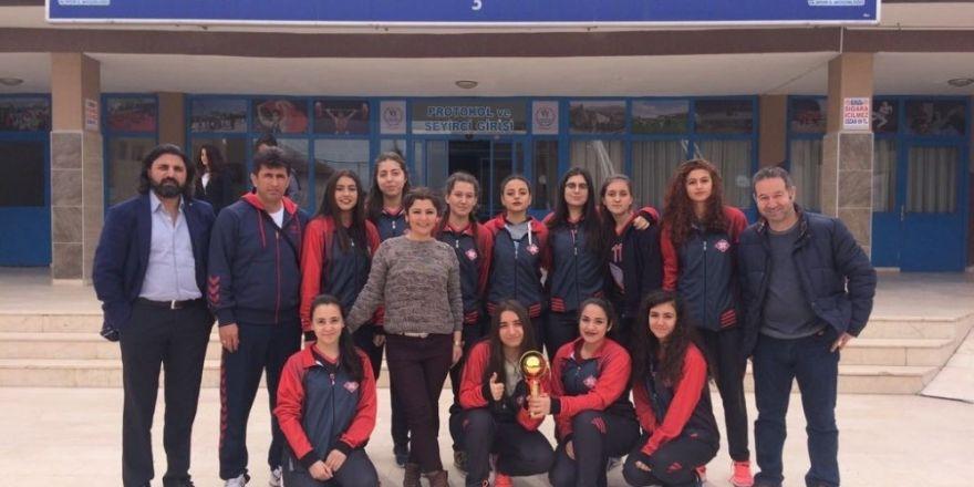 Adana Lokman Hekim Anadolu Lisesi voleybol kız takımı yarı finaline çıkmaya hak kazandı