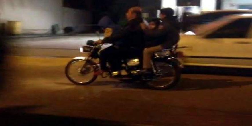Bir motosiklette 3'ü çocuk 4 kişi