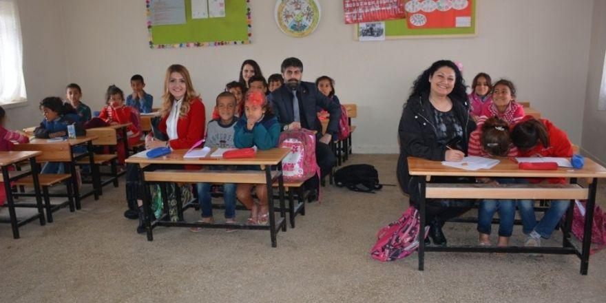 Şanlıurfa kırsalındaki okula kırtasiye yardımı