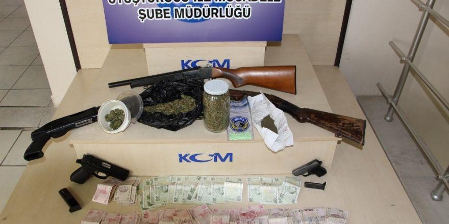 Uşak'ta uyuşturucu tüccarlarına operasyon