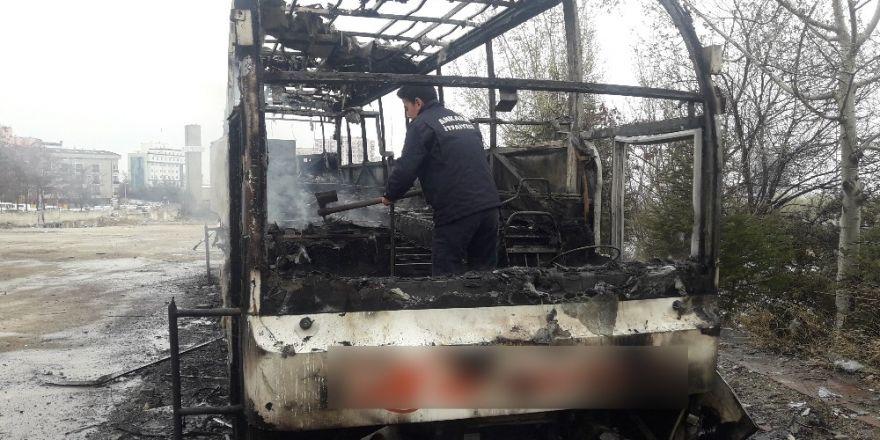 Atıl durumdaki otobüs yandı