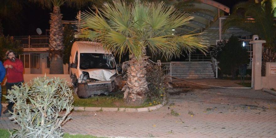 Alkollü sürücü cami duvarına çarptı