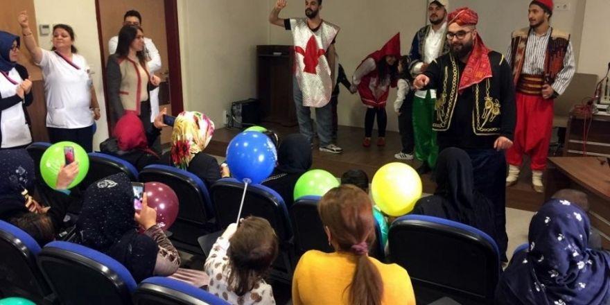Hastanede tedavi gören çocuklar için tiyatro düzenlendi