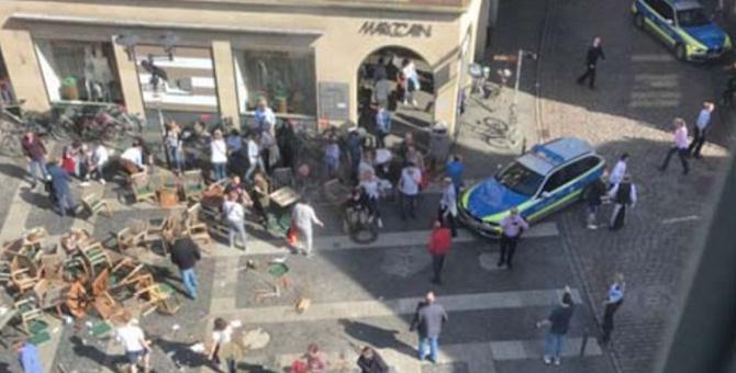 Almanya Münster'de bir araç kalabalığın arasına daldı, ölü ve yaralılar var