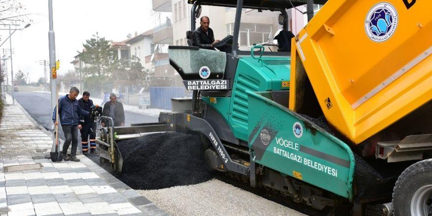 Çöşnük Mahallesinde sıcak asfalt çalışması yapılıyor