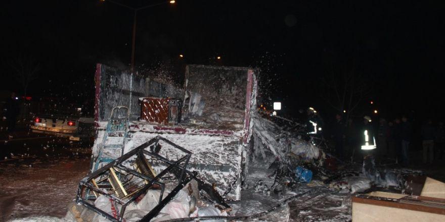 Ev eşyası yüklü kamyon alev alev yandı