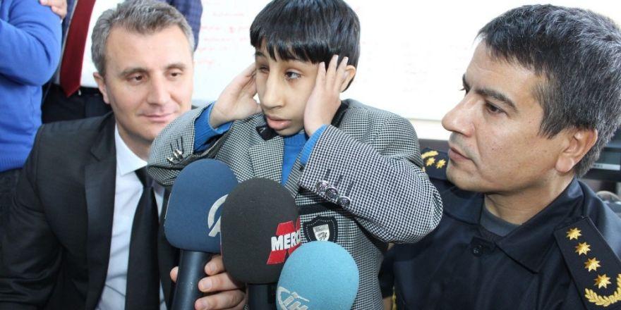 Down sendromlu çocuklar polis telsizinden anons yapıp ezan okudu