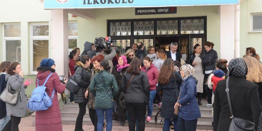 Veliler okul önünde toplanıp müdürü istifaya çağırdı