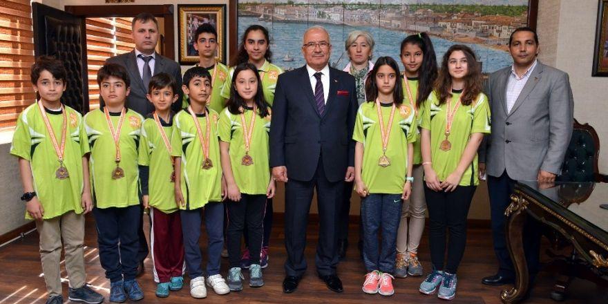 Oryantiring Şampiyonasından 10 madalyayla dönen sporculara Başkan Kocamaz'dan kutlama