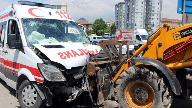 Maltepe'de Ambulans İş Makinesine Çarptı: 4 Yaralı