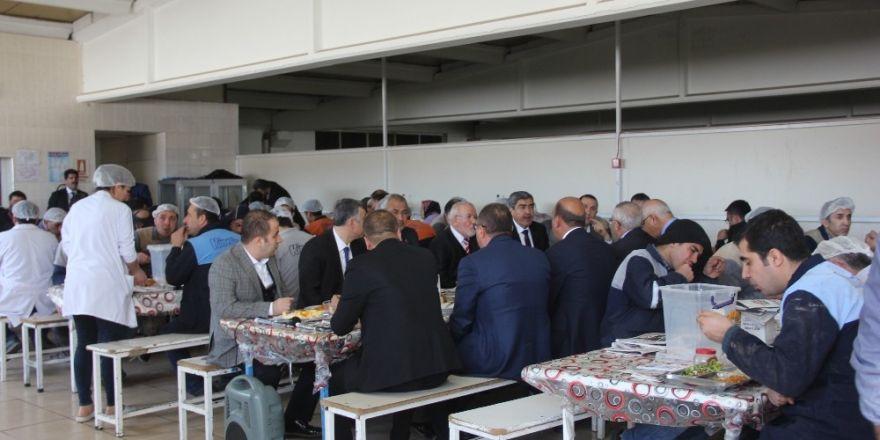 Başkan Özkeçeci ve Milletvekili Erdoğan fabrika işçileriyle buluştu