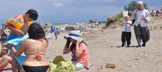 Halk plajına tebliğ için geldiler