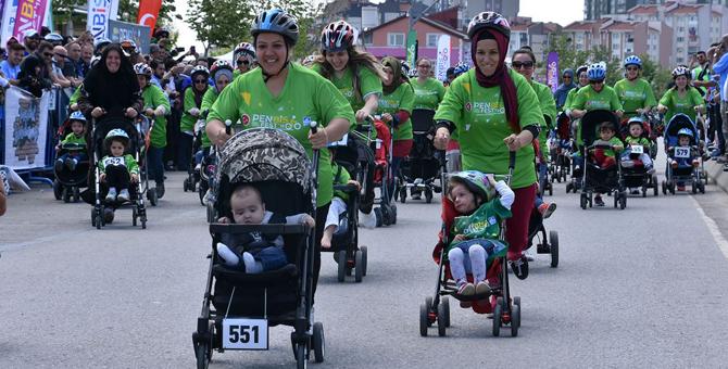 Pendik'te anneler bebek arabalarıyla yarıştı