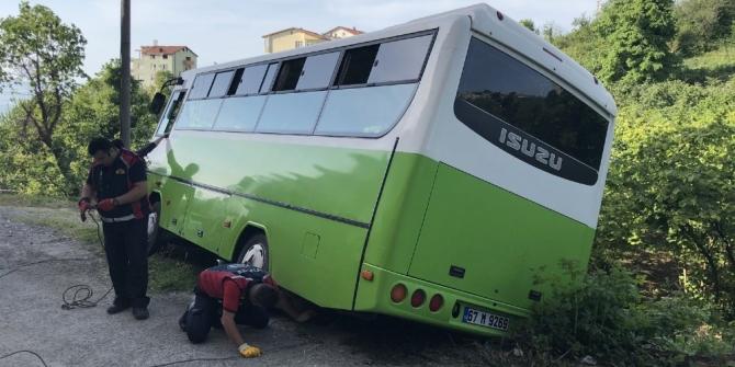 Sürücüsünün geri manevra yapmak istediği halk otobüsü devrilme tehlikesi geçirdi