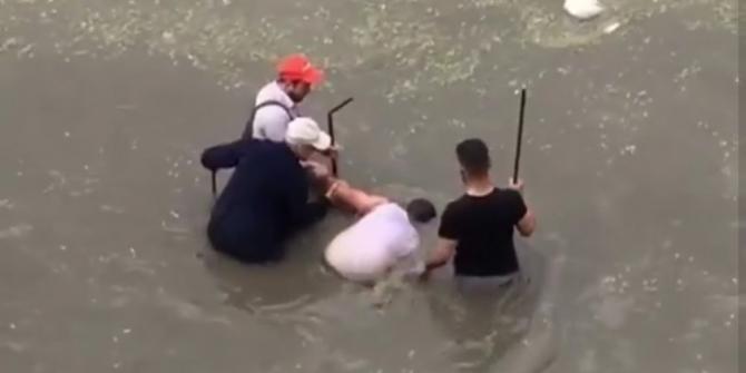 Başkent'te sağanak yağış altında şortla arabasını yıkadı