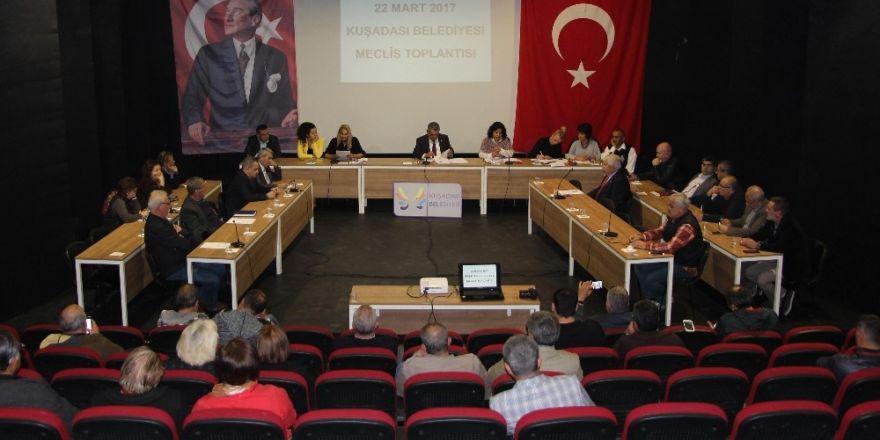 Kuşadası'nda pazaryeri fiyatlarıyla ilgili olağanüstü meclis toplantısı yapıldı