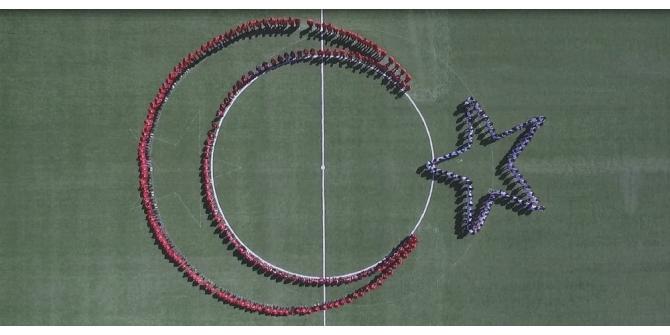 Öğrencilerden 'ay ve yıldız' koreografisi