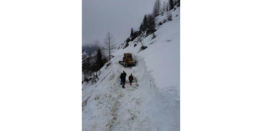 Rize'de karla kaplı yayla yolları açılmaya başlandı