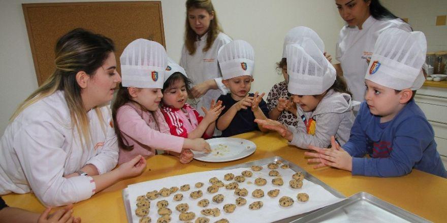 Üniversite öğrencileri miniklerle kurabiye yaptı