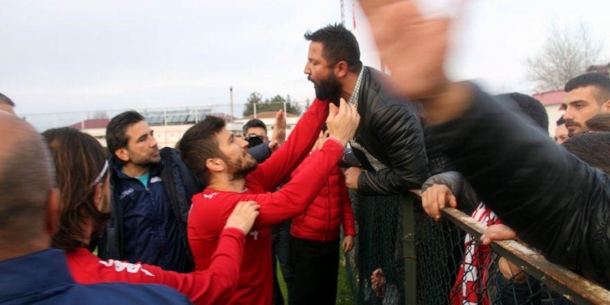 Samsunsporlu futbolcular ile taraftarlar arasında gerginlik