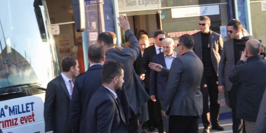 Başbakan Binali Yıldırım çay içmeye davet eden esnafı kırmadı