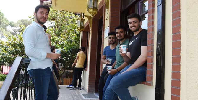 Pendik Kemal Tahir Kütüphanesi'nde verilen ikramlar gençlerin yüzünü güldürdü