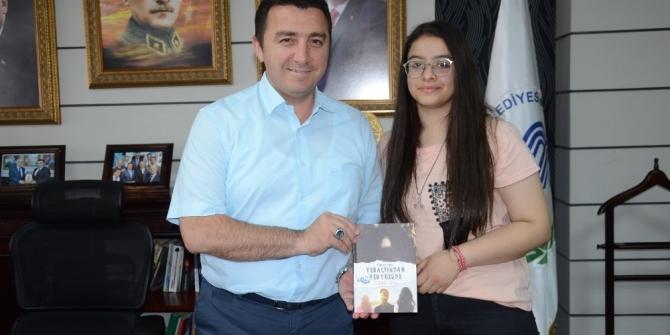 Genç yazardan dBaşkan Bakıcı'ya imzalı kitap