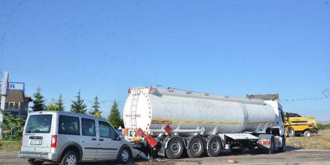 Akaryakıt tankerine arkadan çarpan kamyonetin sürücüsü yaralandı