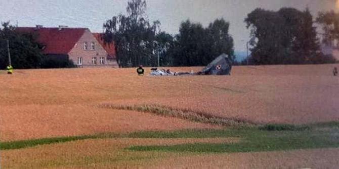 Polonya'da savaş uçağı düştü, pilot hayatını kaybetti