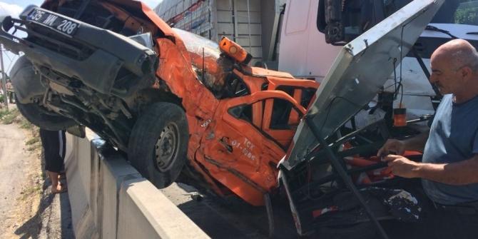Karayolunda çalışma yapan araca kamyon çarptı: 1 yaralı