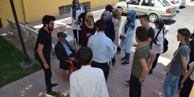 Gönüllü gençler yaşlıların gönlünü aldı