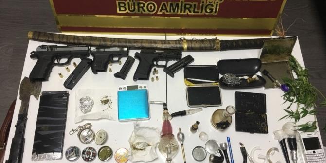 Polisten uyuşturucu tacirlerine baskın: 4 gözaltı