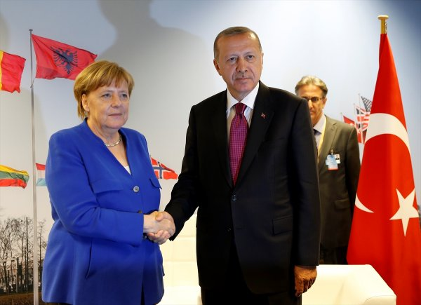 NATO'da Erdoğan-Merkel görüşmesi 40 dakika sürdü