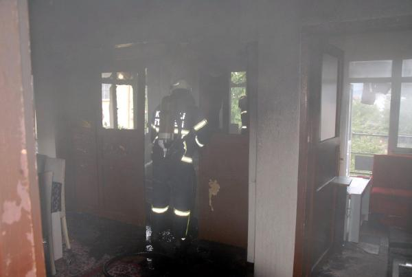 Evde yalnız kalan 3 kardeş yangın çıkardı!