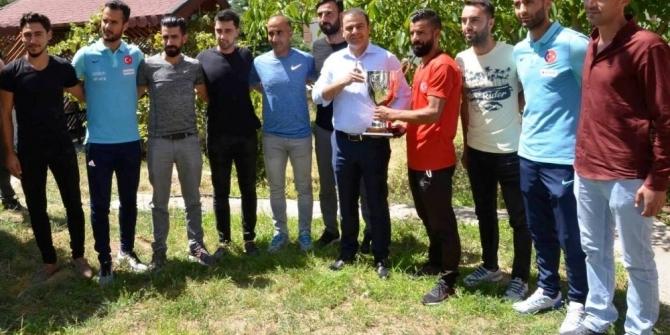 Birincilik kupasını Başkan Vekili Yaşar'a hediye ettiler