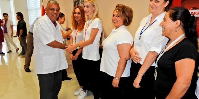 Sağlık çalışanları ve hastalarıyla bayramlaştı