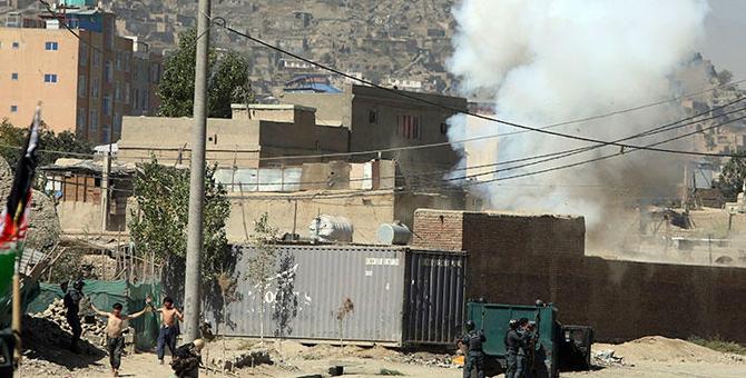 Canlı yayında Afganistan'daki Başkanlık Sarayı'na roketli saldırı