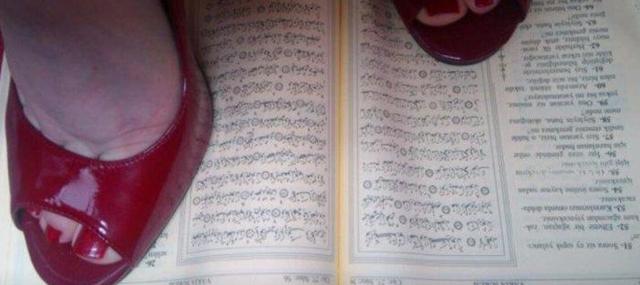 Kur'an'a Ayak Basan Kadın Yakalandı