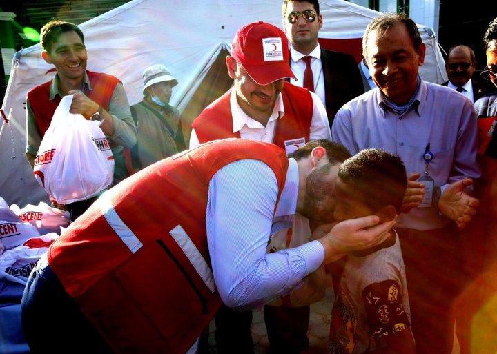 Bakan Albayrak Endonezya'da yardım dağıttı