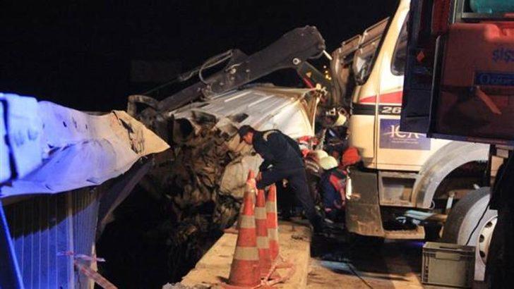 Köprüde feci kaza!  Tır bariyerlerde asılı kaldı
