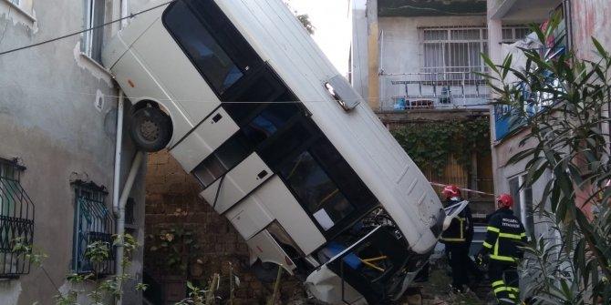 Yolcu minibüsü, iki bina arasındaki boşluğa uçtu: 12 yaralı