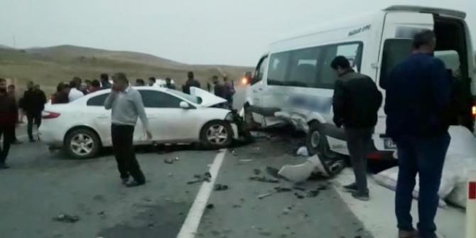 Otomobil ile minibüs çarpıştı: çok sayıda yaralı var