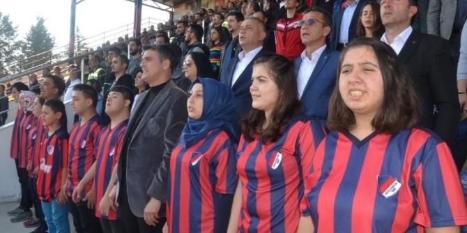 Bıyık sözünü tuttu; engelli çocuklar Düzcespor maçını izledi