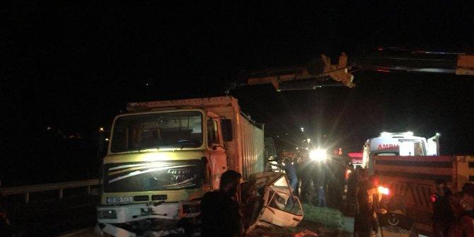 Kamyonun altında kalan otomobildeki 2 kişi öldü