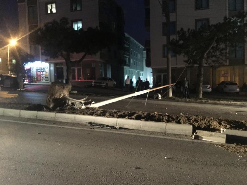 Tekirdağ'ın Malkara ilçesinde kontrolden çıkan otomobil aydınlatma direğine çarptı