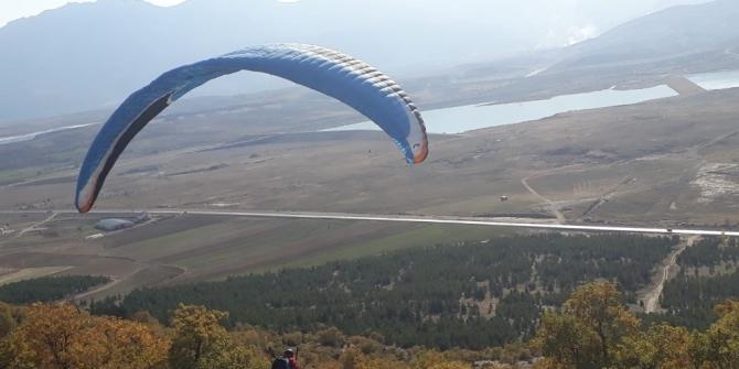 Seydişehir Çal Tepesinde ilk kez yamaç paraşütü atlayışı gerçekleştirildi