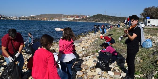 Öğrencilerden keman eşliğinde çevre temizliği