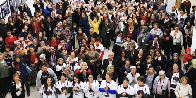 Eli Kınalı Analar Atatürk'ün huzuruna çıkıyor